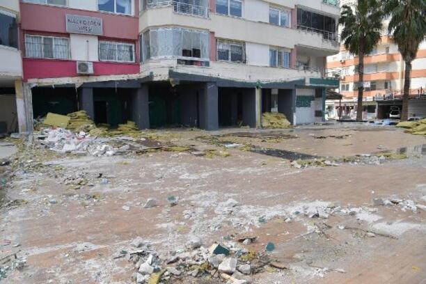 Çukurova Belediyesi ekipleri, kaçak yapıların yıkımına devam ediyor