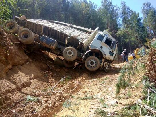 Tomruk yüklü kamyon devrildi: 1 yaralı