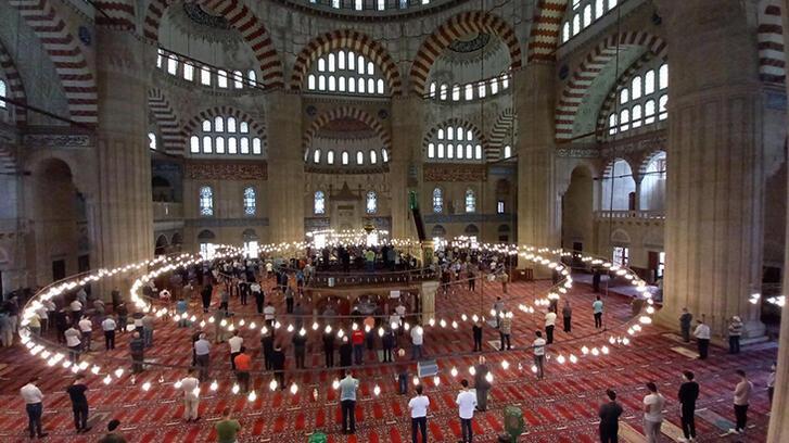 Selimiye Camii'nde ramazanın son cuma namazı tedbirlerle kılındı