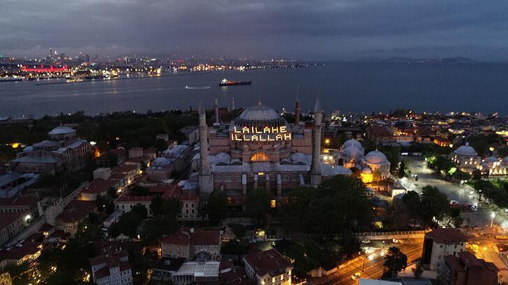Ayasofya camii'nde Kadir Gecesi'nde 'La ilahe illallah' mahyas!