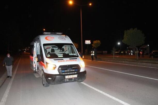 Otomobil ambulansa arkadan çarptı: 2 yaralı