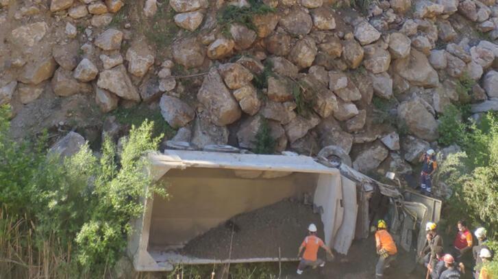 Balıkesir'de kamyon 30 metrelik şarampole devrildi