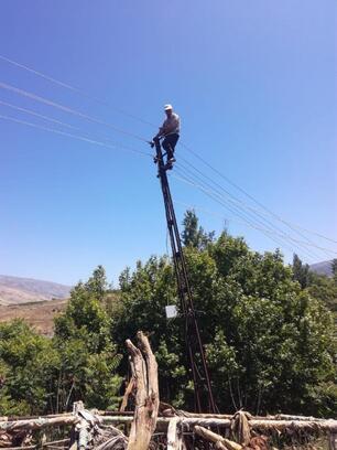 Çıktığı elektrik direğinden inemeyen kişiyi itfaiye kurtardı