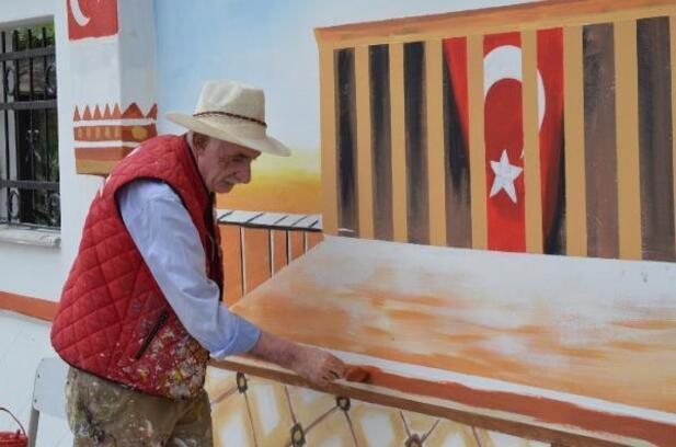 Şehrin duvarlarını fırçalarıyla renklendiriyor