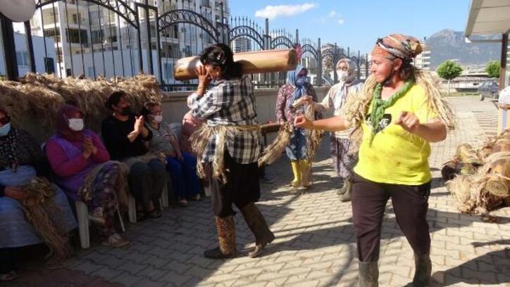 Kurs sonrası para kazanmaya başlayan kadınlar, oynayarak kutlama yaptı