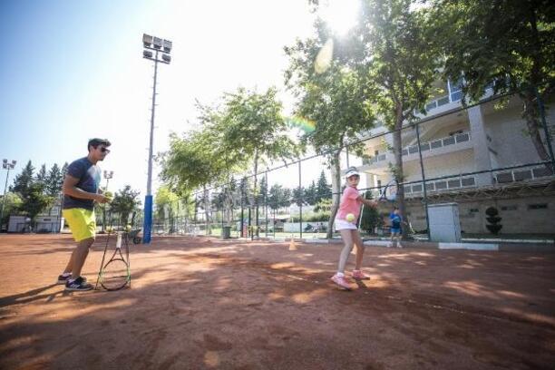 Büyükşehir GSK, geleceğin tenisçilerini yetiştiriyor