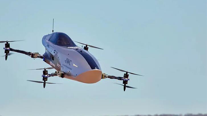 Dünyada bir ilk! Uçan elektrikli yarış otomobili denemeden geçti