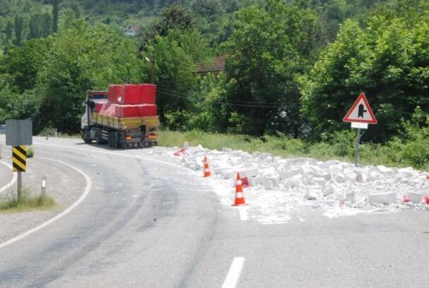 Yola dökülen gaz beton trafiği aksattı