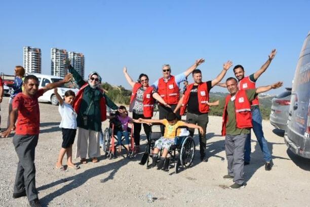 Türk Kızılayı, engelli çocuklara paraşüt keyfi yaşattı