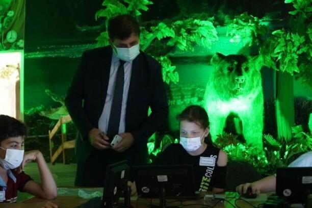 Karşıyaka'da Mini PC dağıtılan çocuklara temel kodlama eğitimi