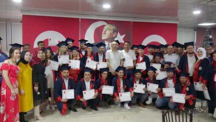 Erdemli'de telafi eğitimini tamamlayan 120 usta meslek lisesi diploması aldı