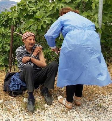 Yaşlı adam İncir bahçesinde koronavirüs aşısı oldu