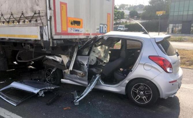 Kullandığı otomobille TIR'a çarpan bekçi ağır yaralandı