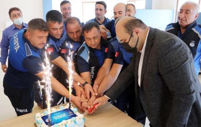 Başkandan zabıta ekiplerine sürpriz kutlama