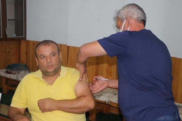 Kozan'da Cuma namazından çıkanlara Covid-19 aşısı yapıldı
