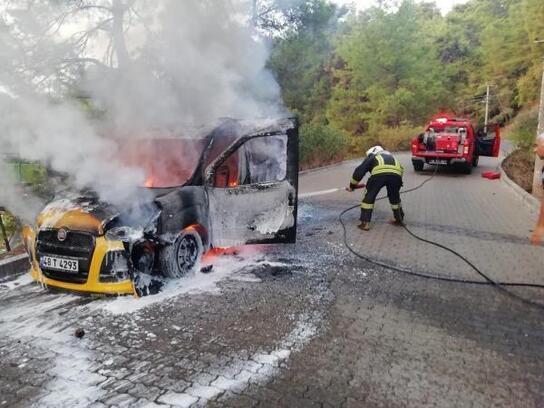 Taksi yangında zarar gördü, sürücüsü söndürürken yaralandı