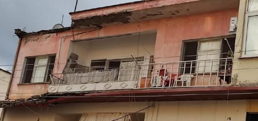 Dama yıldırım düştü, parçalanan duvar sokağa döküldü
