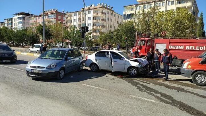 Besni'de otomobiller çarpıştı: 3 yaralı