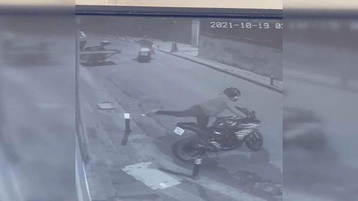 Park halindeki motosikleti böyle çaldı! Hırsızlık anı saniye saniye kamerada