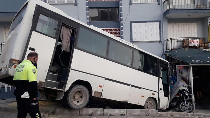 Korku dolu anlar! Otobüs istinat duvarında asılı kaldı