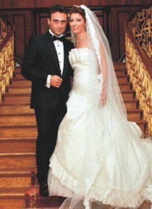 Romantik şarkıcı evlendi