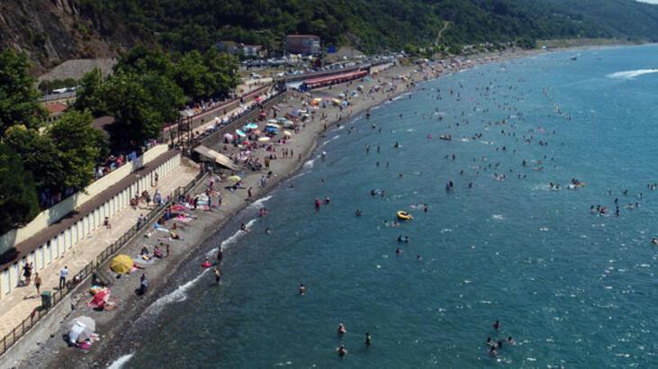 Ücretsiz plaja binlerce kişi akın ediyor