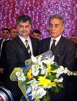 Galatasaray Başkanı Polat'a Fenerbahçelilerden çiçek
