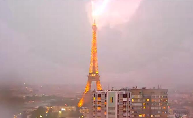 Eiffel Kulesi'ne yıldırım çarptı