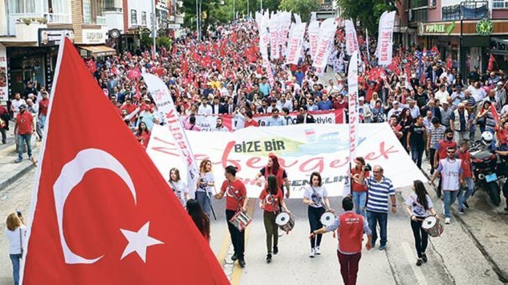 CHP, sloganlar eşliğinde yürüdü