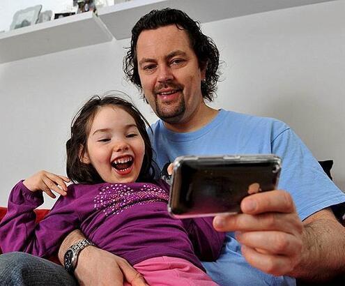 """Engelli kızını iPhone ile """"konuşturdu"""""""