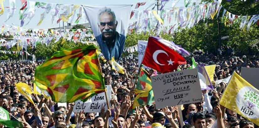 HDP mitinginde Öcalan posteri açıldı, Türk bayrağı sallandı