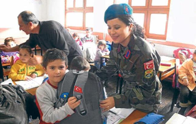 Mehmetçik, Kosovalı çocukları mutlu etti