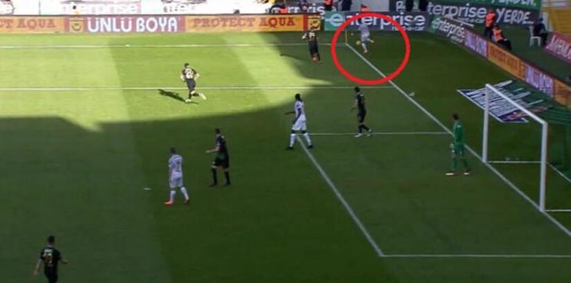 Piero'ya göre top saha çizgisinin dışında...