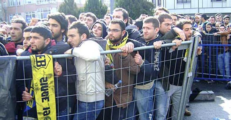 Fenerbahçeli taraftarlardan derbi biletlerine yoğun ilgi