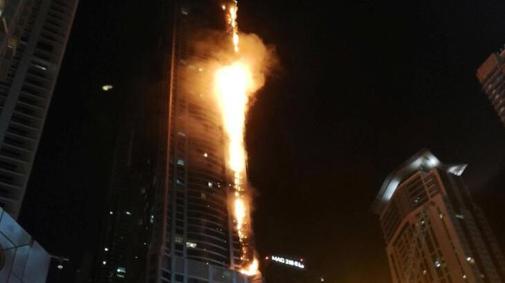 Alevler 79 katlı ünlü gökdeleni sardı, çığlıklar yükseldi!
