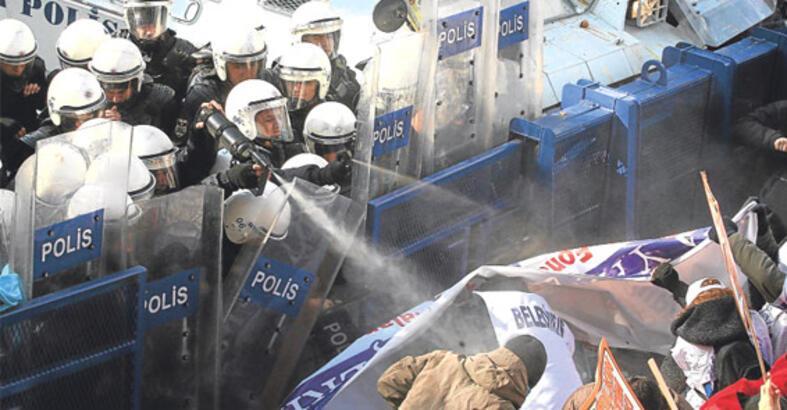 Polise 'örtülü'den gaz verdiler