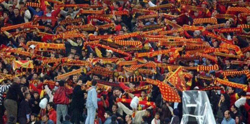 Galatasaray taraftarı tezahüratı değiştirdi