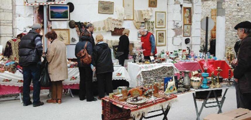 Sanat sokağında antika pazarı