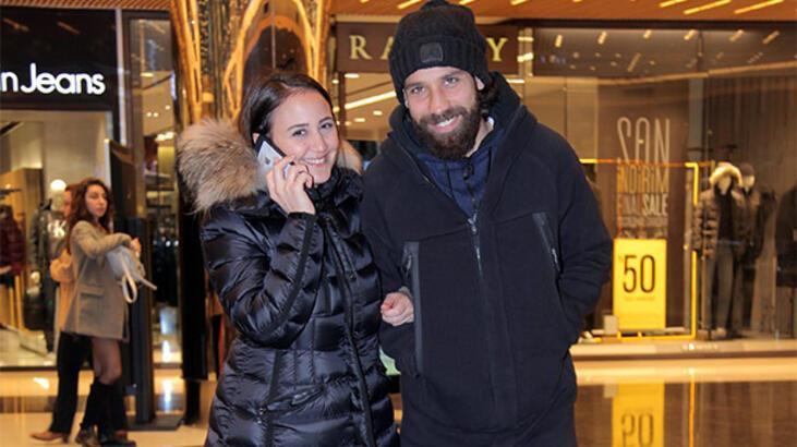 Olcay Şahan eşiyle birlikte alışveriş turunda