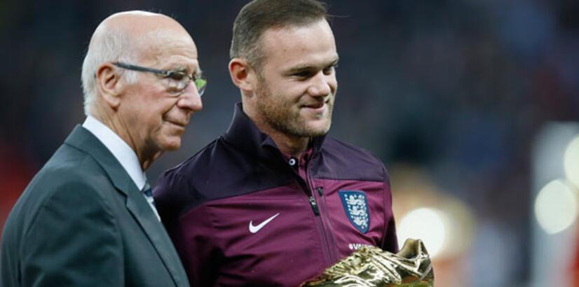 Manchester United eski kaptanı Bobby Charlton'ın adını tribüne verdi