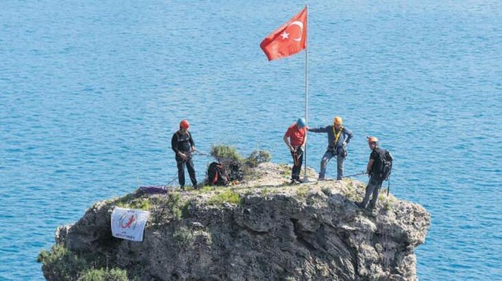 Kayalıkta yıpranmış  bayrak operasyonu