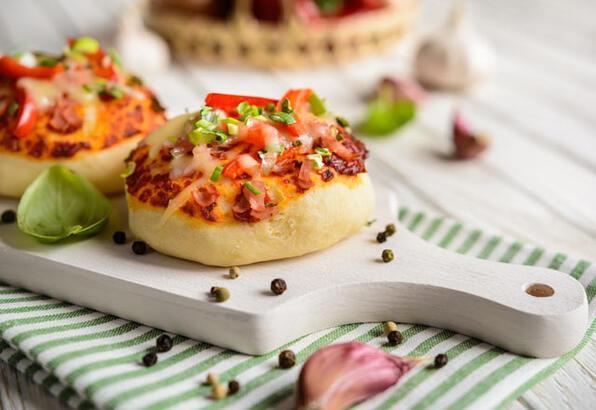Nefis atıştırmalıklar için mini pizza tarifi