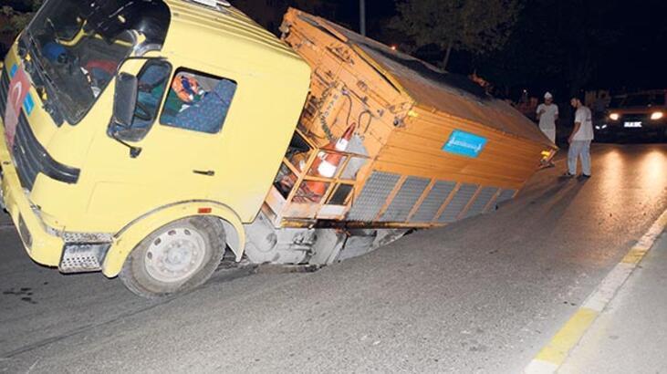 Asfalt çöktü kamyon düştü