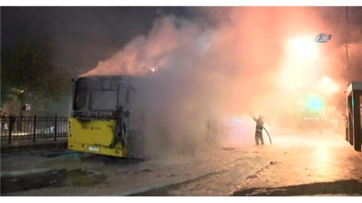 Korsan göstericiler belediye otobüsünü ateşe verdi