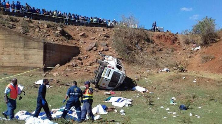 Güney Afrika'da minibüs köprüden yuvarlandı! Çok sayıda ölü var