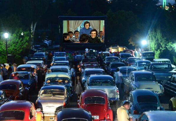 Klasik otomobilcilerle açık hava sineması