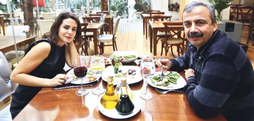 Sırrı, politik görüşleri farklı olsa da herkes seni çok seviyor Çok seviyor da ben Ankara'da neden bu kadar yalnızım?