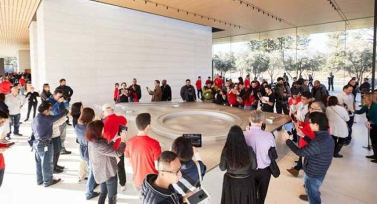 Apple Park Ziyaretçi Merkezi halka açıldı! Satın alabileceğiniz her şey var