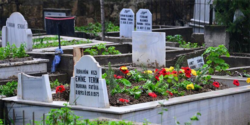 Talat Terim'in mezarı sarı kırmızı...