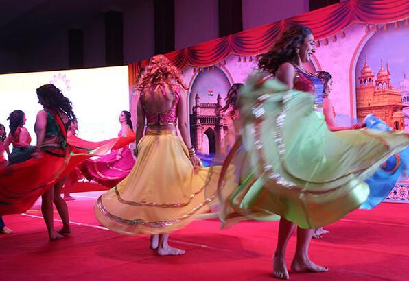 Hindistan Dostları Derneği'nin renkli gecesi